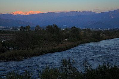 夕刻は冠雪した白山が赤くなりました